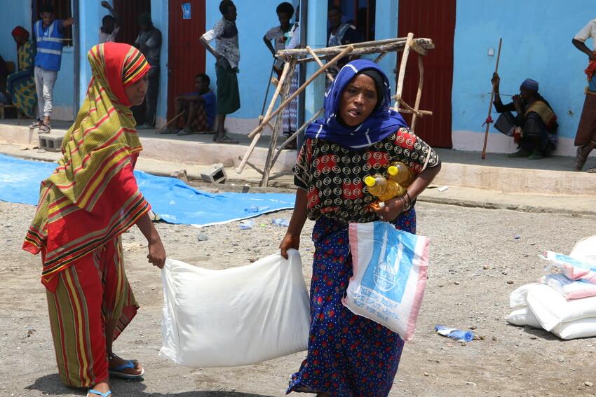 الصورة: توزيع الطرود الغذائية من قبل الإغاثة الإسلامية في إثيوبيا لدعم العائلات النازحة بسبب الحرب